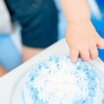 スマッシュケーキを食べ始める赤ちゃんの手